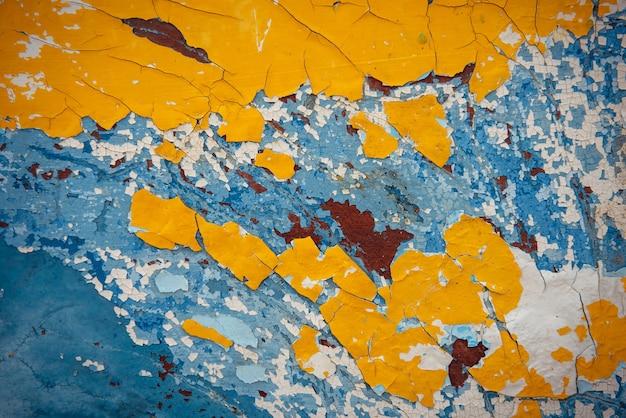Fond vintage abstrait jaune, bleu, blanc, marron. ancienne peinture écaillée sur la surface du bois