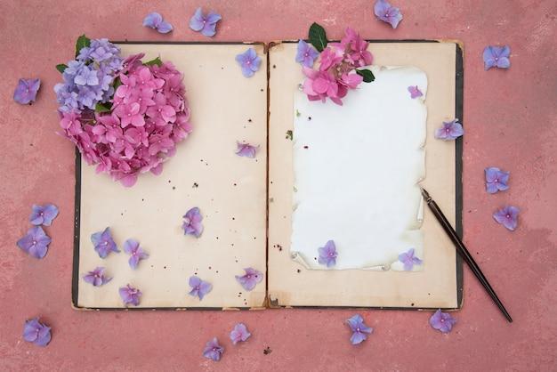 Fond vintage avec vieux livre et fleurs