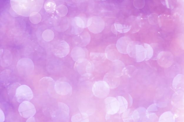 Fond violet de lumières abstraites défocalisés. lumières de bokeh d'or.