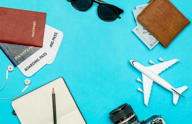 Fond de voyage. articles de voyage et de vol: billets, passeport, argent, lunettes de soleil sur fond coloré. concept de repos et de vacances