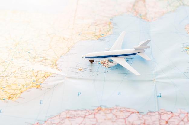 Fond de voyage avec avion jouet sur la carte