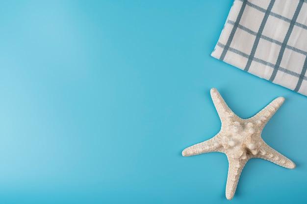 Fond de voyage étoiles de mer sur fond bleu étoile de mer avec serviette à carreaux