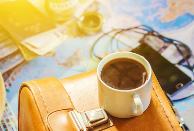 Fond le voyage, le reflet dans la tasse de café. carte. mise au point sélective.