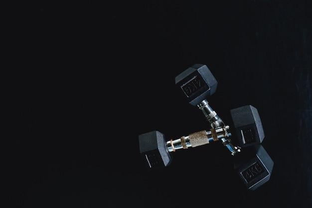 Fond vue arrière et haltères d'équipement blanc sur le sol dans le centre sportif de gym