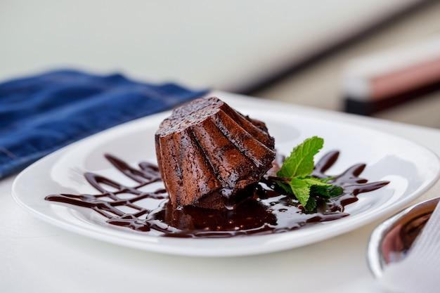 Fondant au chocolat sur assiette