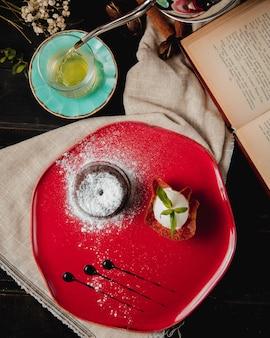 Fondant au chocolat avec glace et vue de dessus de thé