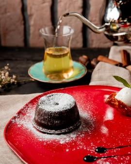 Fondant au chocolat avec vue latérale du sucre en poudre