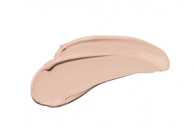 Fondation de maquillage, tache de correcteur beige isolé sur blanc