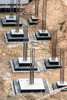 Fondations monolithiques en béton armé pour la construction d'un immeuble résidentiel. grillage sur le chantier. fosse de construction avec fondations.