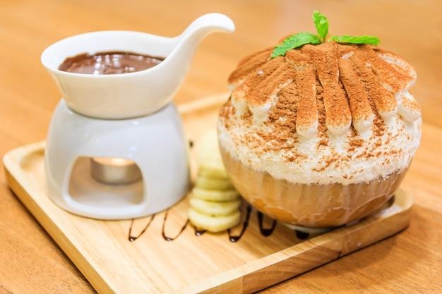 Fondue au brownie fondue au chocolat rasée avec chutes de neige dans un plateau en bois, dessert coréen bingsoo o