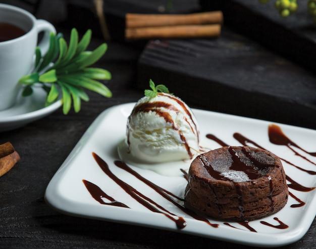 Fondue au chocolat avec boule de glace
