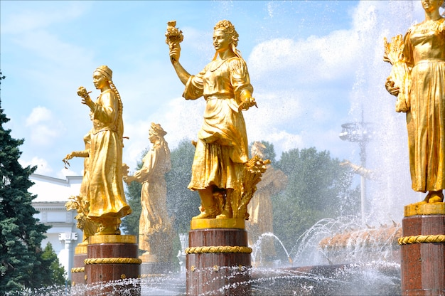 La fontaine de l'amitié des nations à vdnkh ou vdnh à moscou en russie
