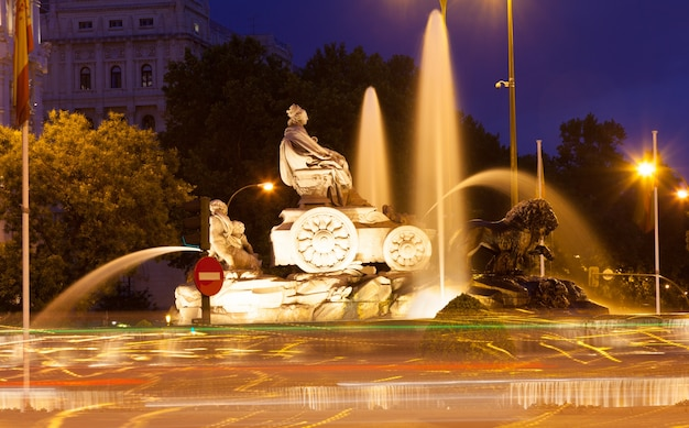 Fontaine de cibeles à la plaza de cibeles en soirée