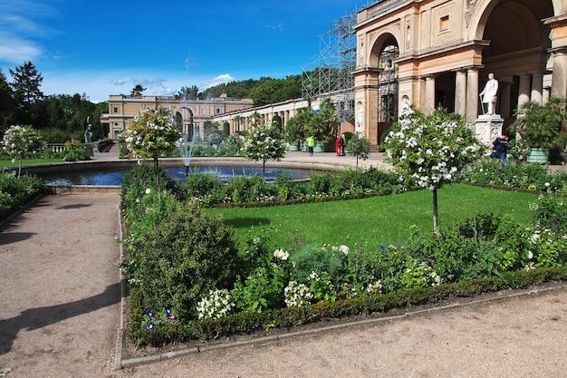 La fontaine dans le parc du palais de potsdam en allemagne