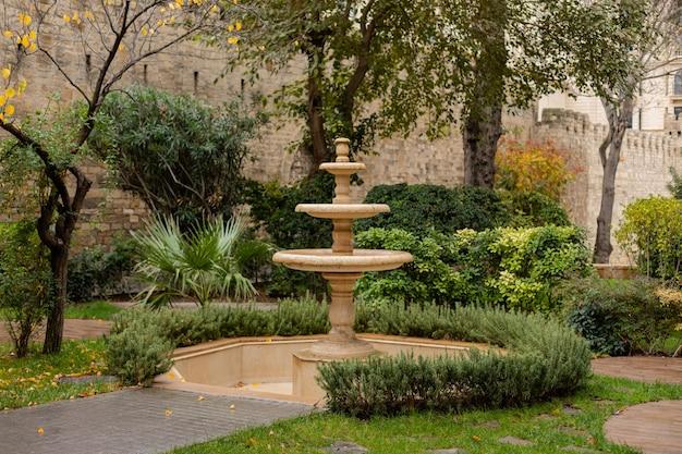 Fontaine dans le parc par temps nuageux
