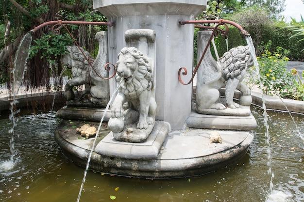 La fontaine du lion dans le jardin