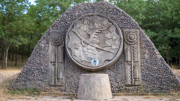 Fontaine à eau dans un village avec ornement cigogne