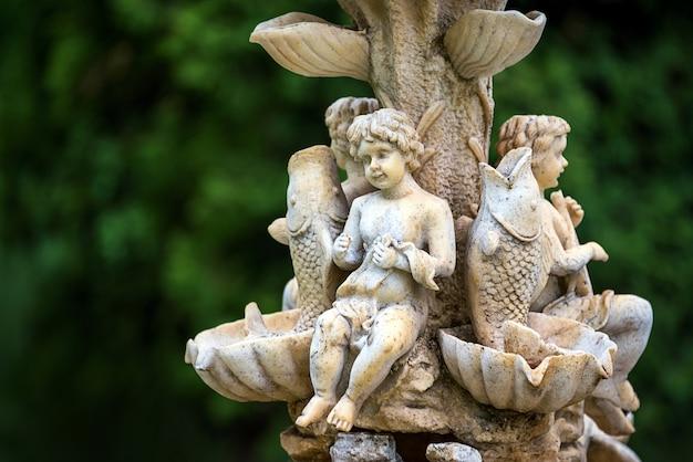 Fontaine d'eau de jardin en marbre avec des statues de petits garçons et de poissons