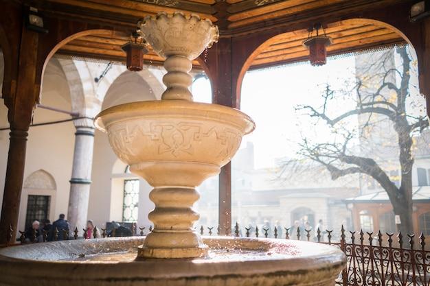 Fontaine d'eau turque en face de la mosquée