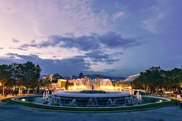 Fontaine magique au coucher du soleil, barcelone, espagne