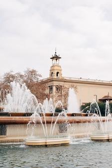 La fontaine magique de montjuic sur la colline de montjuic à barcelone espagne