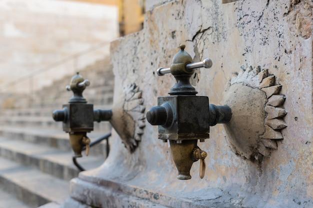 Fontaine médiévale antique