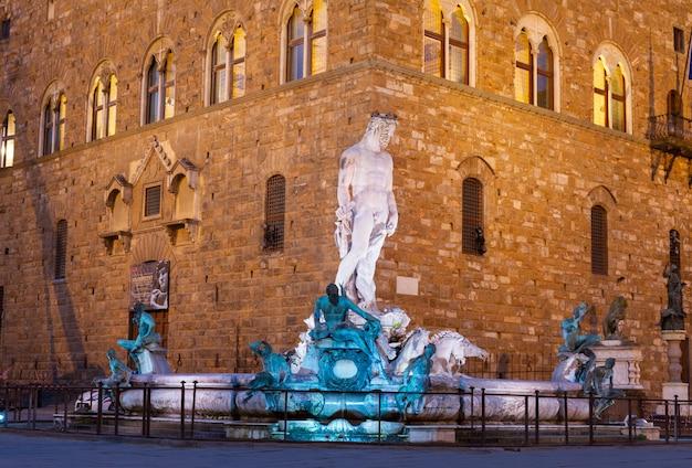 Fontaine de neptune sur la piazza della signoria à florence la nuit, italie