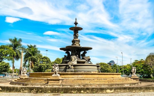 Fontaine sur la place mahatma gandhi à rio de janeiro