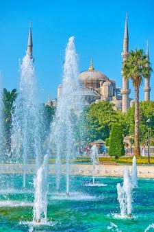 Fontaine sur la place sultanahmet à côté de la mosquée bleue à istanbul, turquie