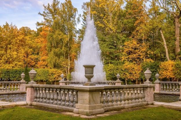 Fontaine pyramide à peterhof saint petersburg russie