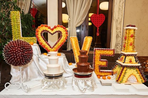 Fontaines de chocolat noir et blanc sur la table au restaurant