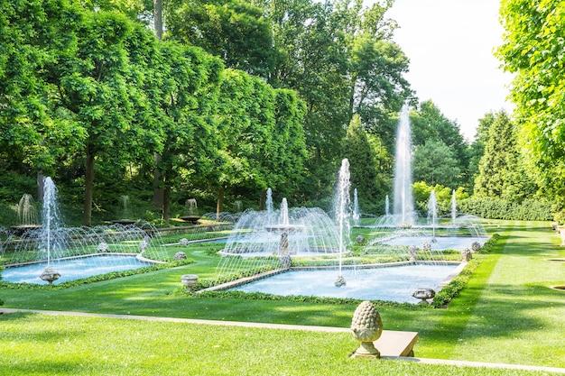 Fontaines dans le parc à la journée ensoleillée.