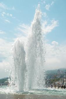 Fontaines dans la ville avec un ciel bleu