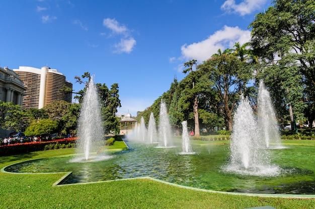 Fontaines et pelouse à liberty square, belo horizonte, mg, brésil le 27 juin 2008.