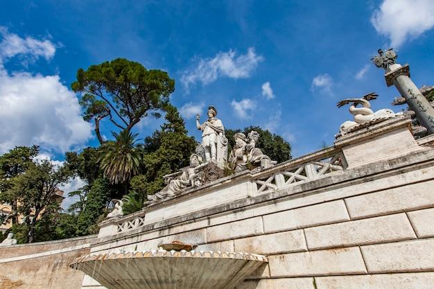 Fontana della dea roma sur la piazza del popolo à rome