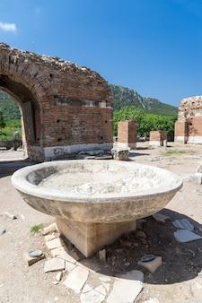 Fonts baptismaux dans l'église de marie dans la ville antique d'éphèse à selcuk, turquie