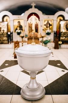 Les fonts du temple pour le baptême d'un bébé