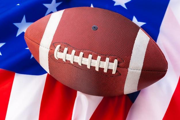 Football américain sur le vieux drapeau américain de gloire