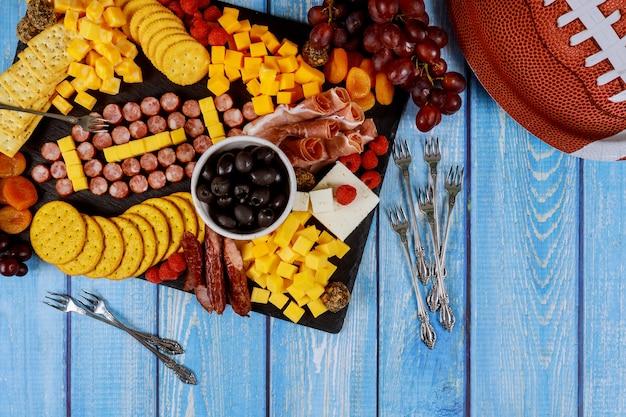Football à base de fromage et de saucisse pour planche de charcuterie sur bois