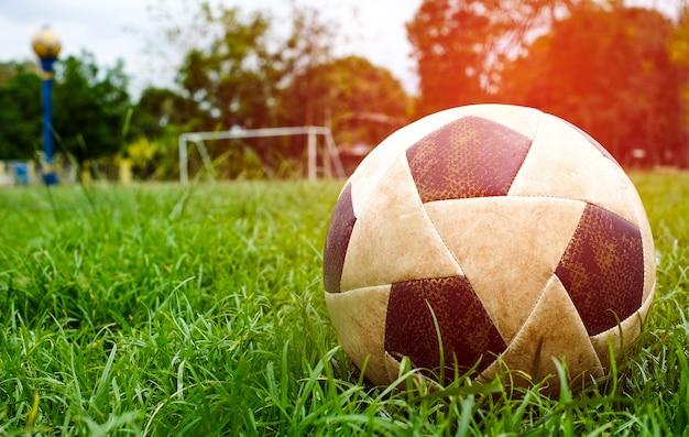 Football classique sur le terrain de jeu. ballon de football sur le terrain de football
