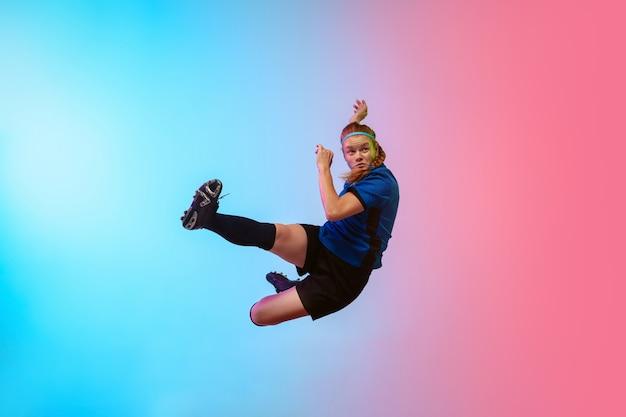 Football Féminin, Joueur De Football S'entraînant Sur Un Mur Néon, Jeunesse Photo gratuit