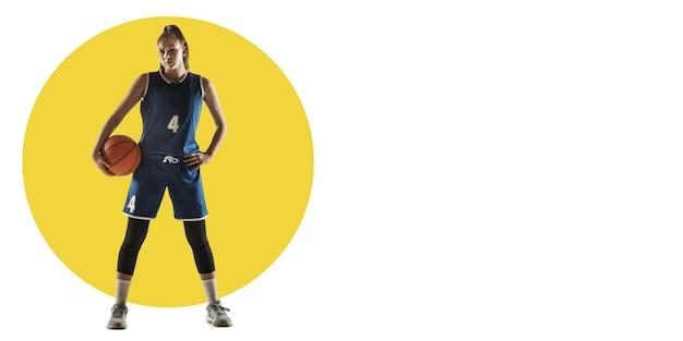 Football professionnel, joueur de football. entraînement de sportive sur fond blanc, flyer pour votre annonce. concept de compétition, sport, mode de vie sain, action, mouvement et mouvement. conception géométrique.