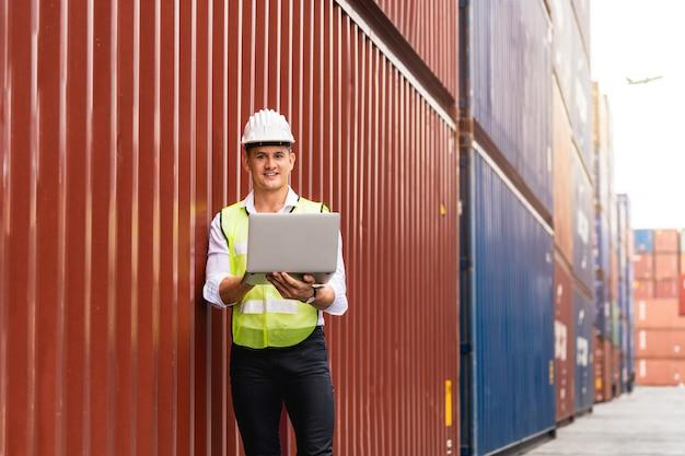 Foreman holding document, marchant et vérifiant la boîte des conteneurs du cargo pour l'exportation et l'importation