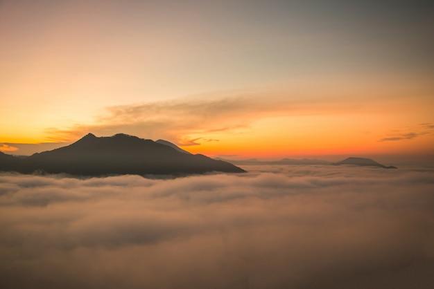 Forêt brumeuse colline brouillard montagne vue de dessus paysage brumeux de lever du soleil