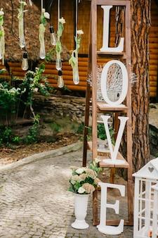 Forêt décorée pour la cérémonie de mariage.