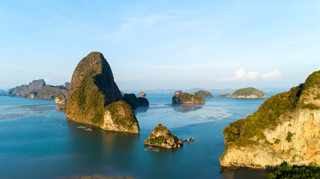 Forêt de mangroves et île de montagnes rocheuses dans la province de phang nga en thaïlande