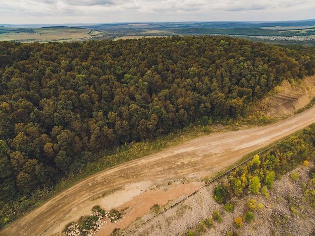 Forêt et route de campagne