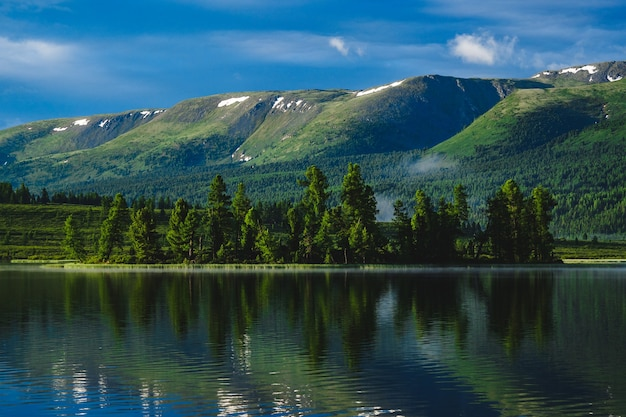 La forêt se reflète dans les eaux d'un lac de montagne dans le district d'ulagansky de la république de l'altaï, russie