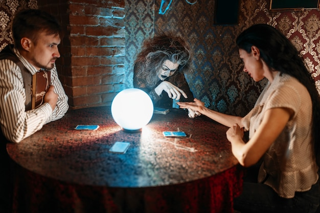 Foreteller devinant à la main sur une boule de cristal