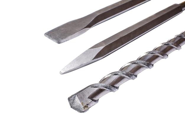 Forets et burins pour marteau perforateur sur fond blanc